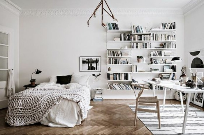 deco-scandinave-pour-une-chambre-lumineuse-et-spacieuse-avec-couvertures-blancs-casse-bibliotheque-blanche-coin-de-travail-avec-chaise-scandinave-et-table-blanche