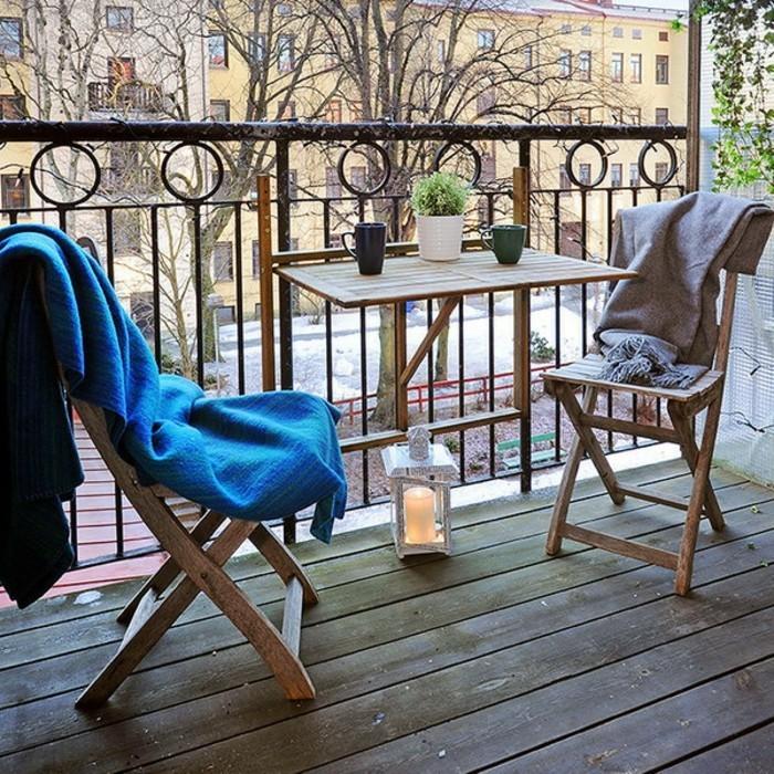 deco-terrasse-appartement-tale-et-chaises-pliantes-pour-lexterieur