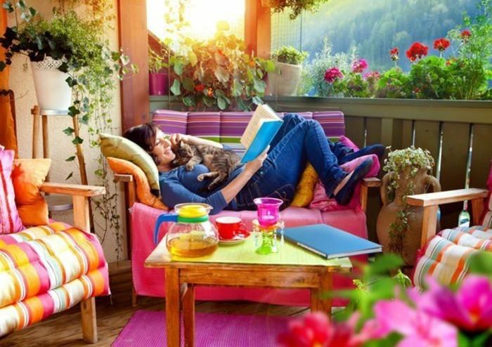 decoration-balcon-equiper-le-balcon-de-ses-reves-tapis-rose-coussins-colores