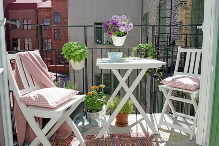 decoration-balcon-meubles-dexterieur-en-blanc-pots-de-fleurs-coquets