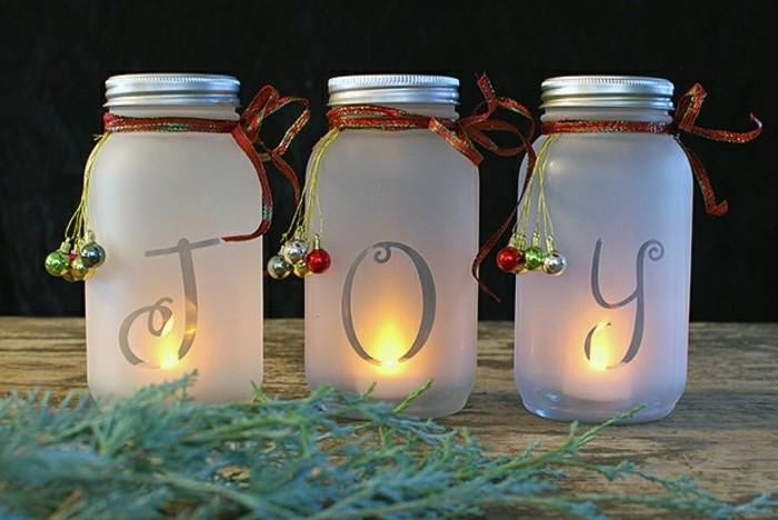 decoration-bocal-en-verre-bougeoir-de-noel-boules-mini-noel-ruban-en-rouge-et-vert