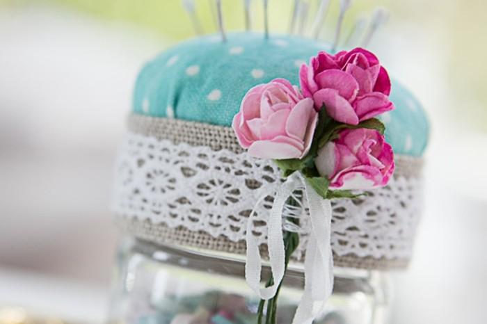 decoration-bocal-en-verre-bouquet-de-fleurs-artificielles-dentelles-blanches