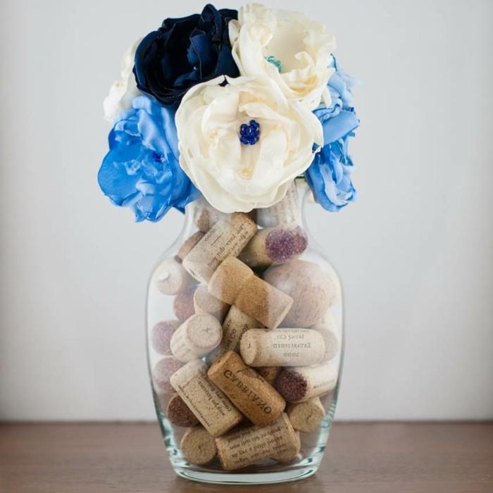 decoration-centre-de-table-vase-de-fleurs-rempli-de-fleurs-en-tissu-et-bouchons-de-liège-idee-diy-fleur-de-tissu
