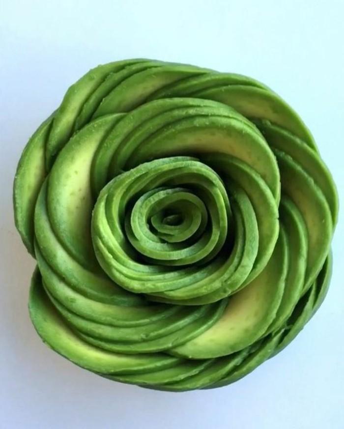 decoration-legume-avocat-modelé-et-transformé-en-fleur