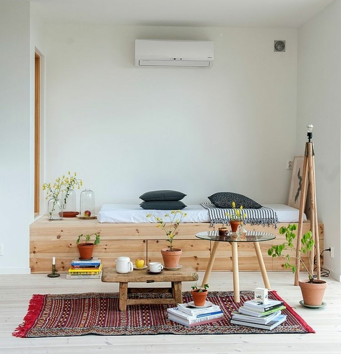 decoration-scandinave-avec-une-bouffee-de-style-oriental-lit-en-bois-table-basse-en-bois-brut-et-tapis-oriental