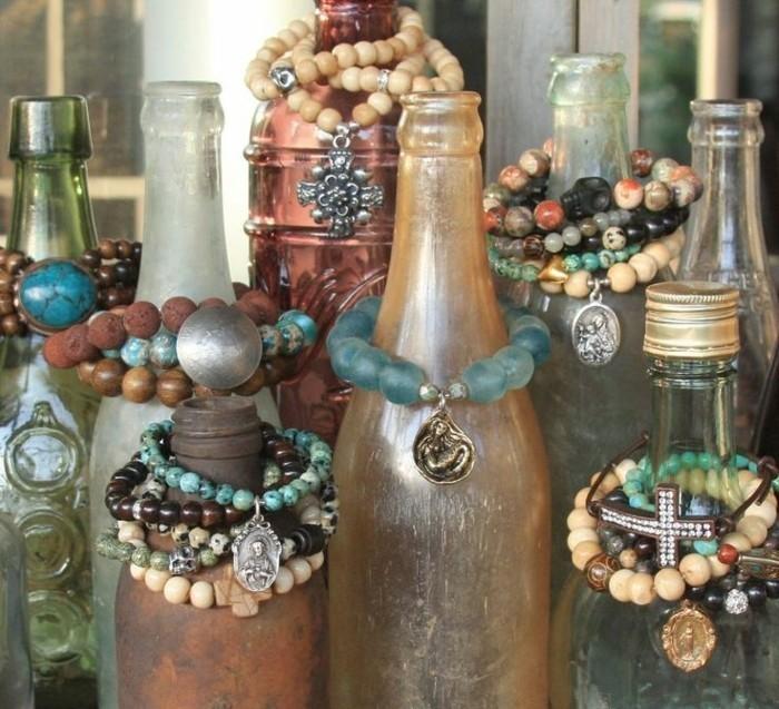 des-bouteilles-en-verre-transformees-en-presentoire-bijoux-diy-un-rangements-creatif-pour-vos-bracelets