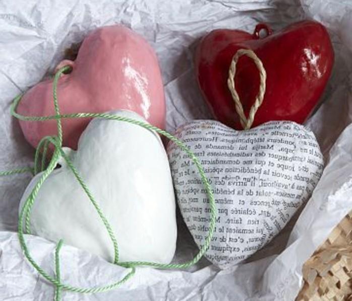 des-coeurs-papier-maché-a-suspendre-idée-cadeau-saint-valentin-a-faire-soi-meme-recette-papier-maché-resized