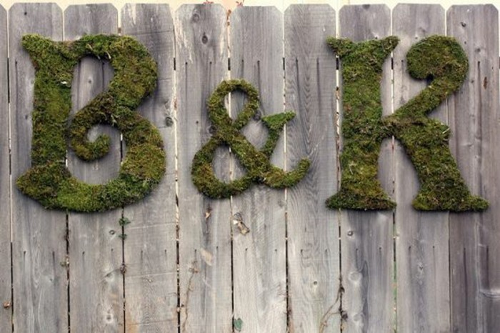 des-lettres-en-mousse-vegetale-cloture-en-bois