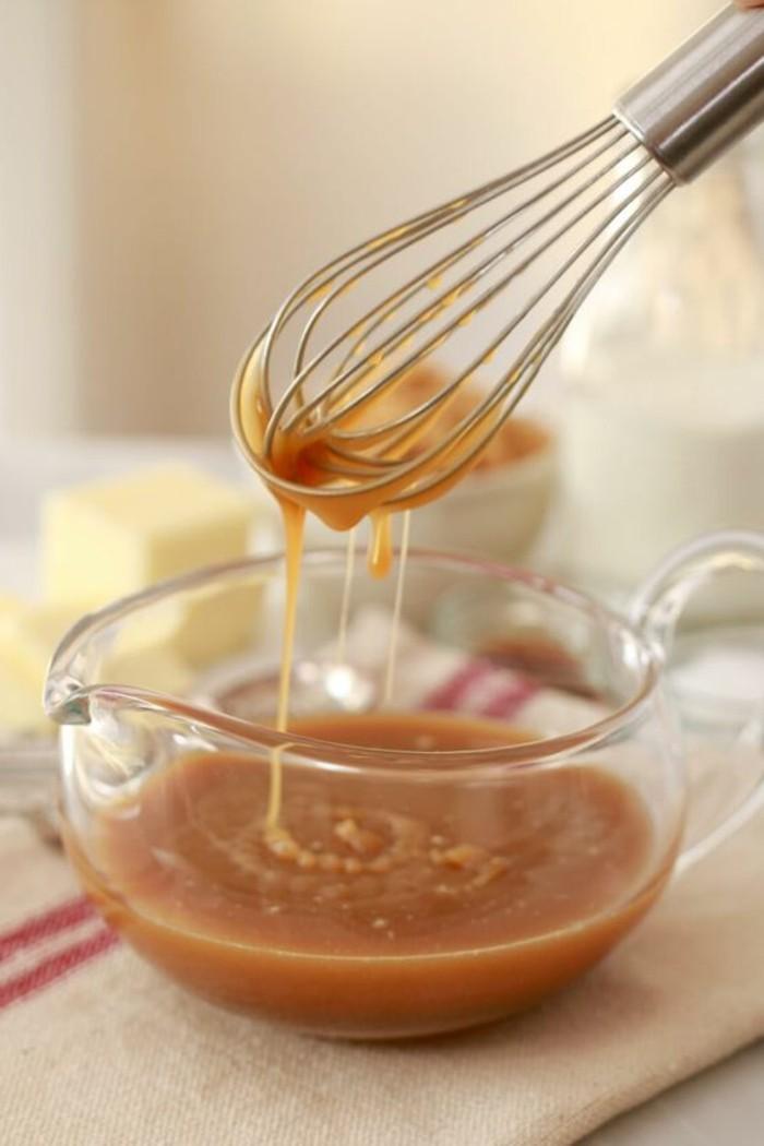 dessert-au-caramel-fouetter-le-caramel-pour-l'épaissir