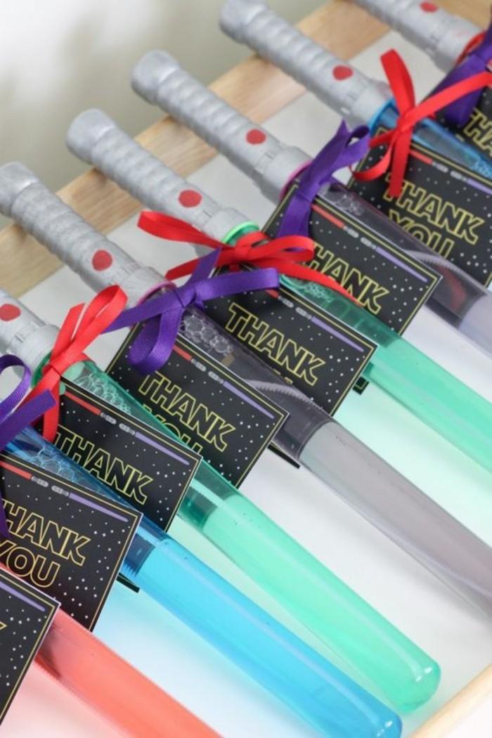 idée-cadeaux-pour-les-invités-des-sabres-laser-un-bon-anniversaire-star-wars