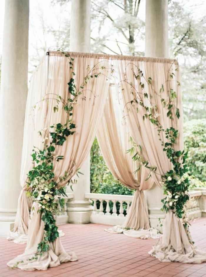 décoration-arche-mariage-avec-voilage-et-verdure