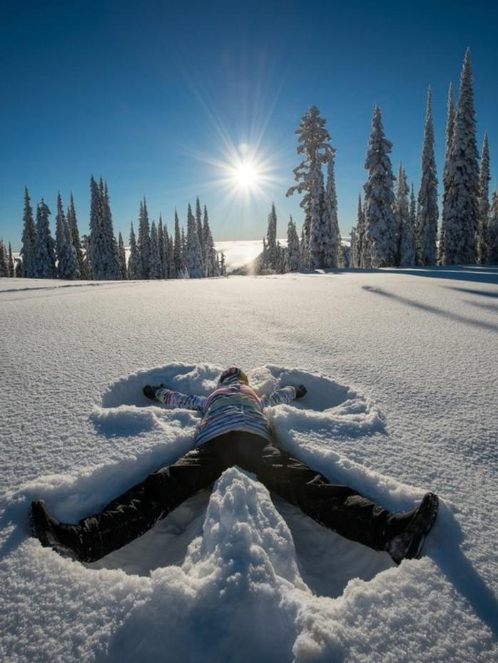 enneigement-station-ski-faire-des-anges-dans-la-neige-pins-soleil