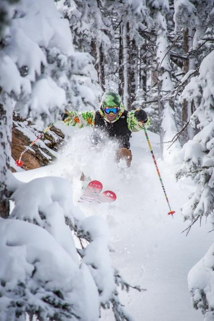 enneigement-station-ski-homme-qui-s'amuse-bien-équipement-d'hiver