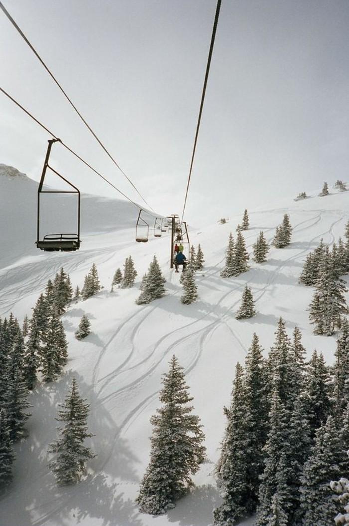 enneigement-station-ski-téléphérique-fonctionnant-voir-les-montagnes-d'en-haut
