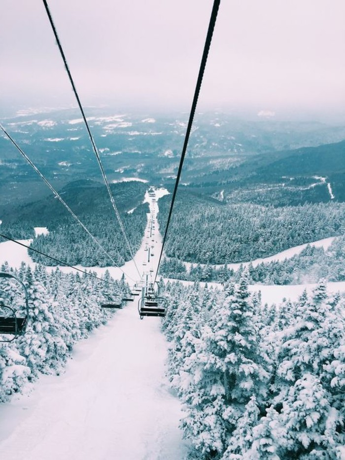 enneigement-station-ski-téléphérique-offrant-une-vue-spectaculaire-paysage-d'hiver