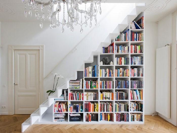 escalier-bibliotheque-blanc-design-minimal-epuree-idee-deco-moderne-rangements-sous-marches-livres