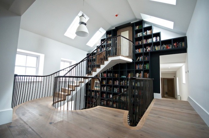 escalier-de-bibliotheque-design-etageres-livres-noir-laque-etageres-murales