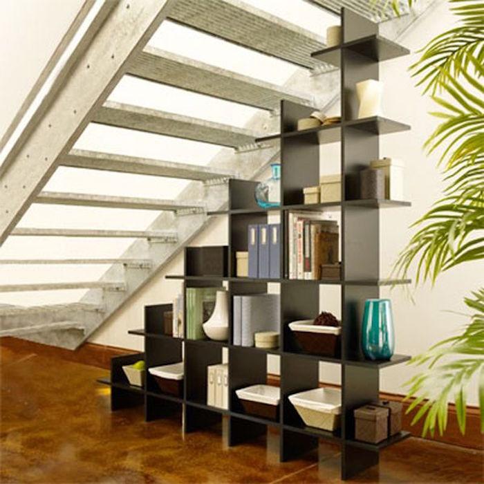 etagere-pour-escalier-sous-marches-rangement-bibliotheque-noir-laque