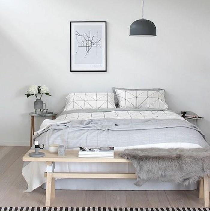 exemple-de-chambre-scandinave-aux-lignes-epurees-designs-simple-tons-neutre-lit-enorme-peinture-murale-blanche-un-banc-en-bois-tapis-a-rayures
