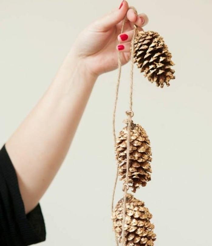 exemple-de-guirlande-diy-compose-de-pommes-de-pin-dorees-idee-de-decoration-de-noel-a-fabriquer-soi-meme
