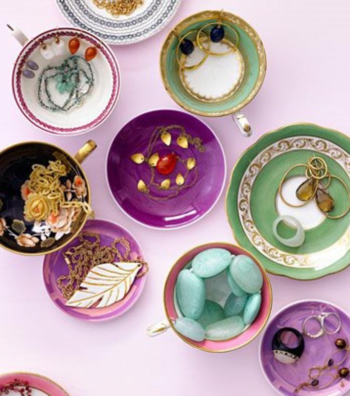 fabriquer-un-porte-bijoux-soi-meme-des-tasses-de-the-transformees-en-rangement-pour-bijoux-multicolore-shabby-chic
