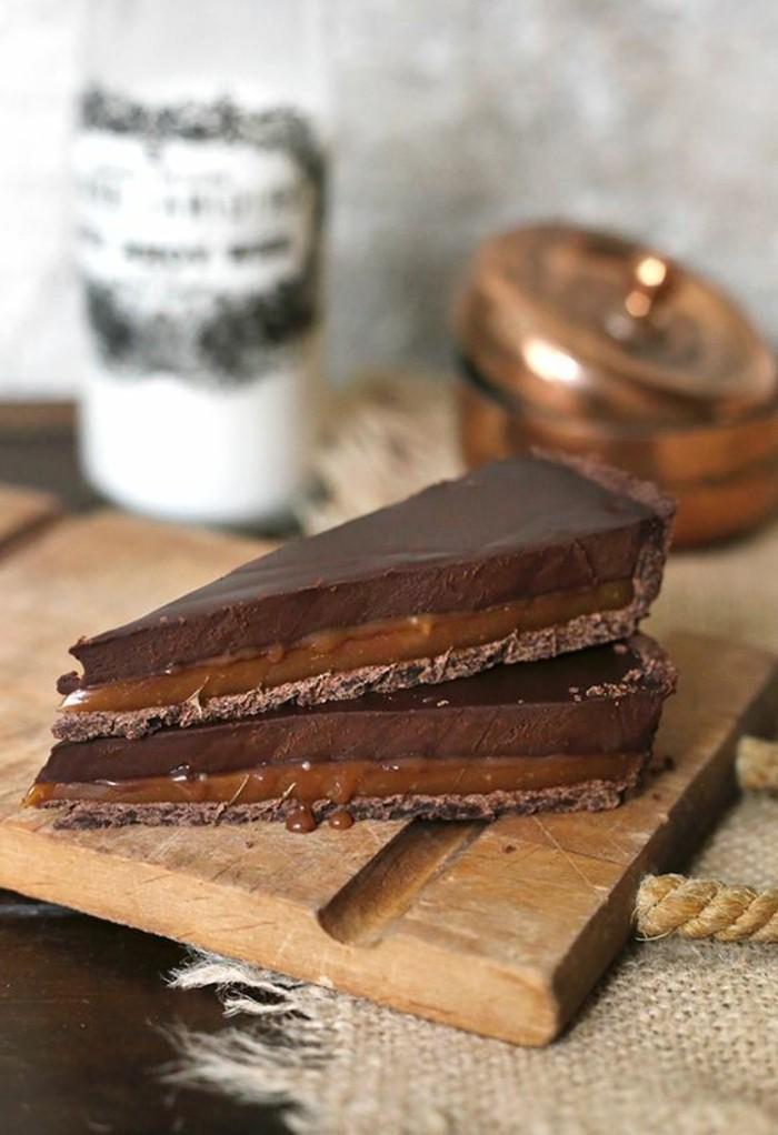 faire-du-caramel-pour-gateau-avec-couverture-de-chocolat
