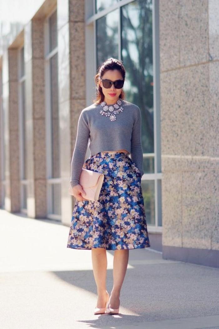 femme-bien-habillée-comment-s-habiller-idée-chic-rétro-tenue-jupe-fleurie