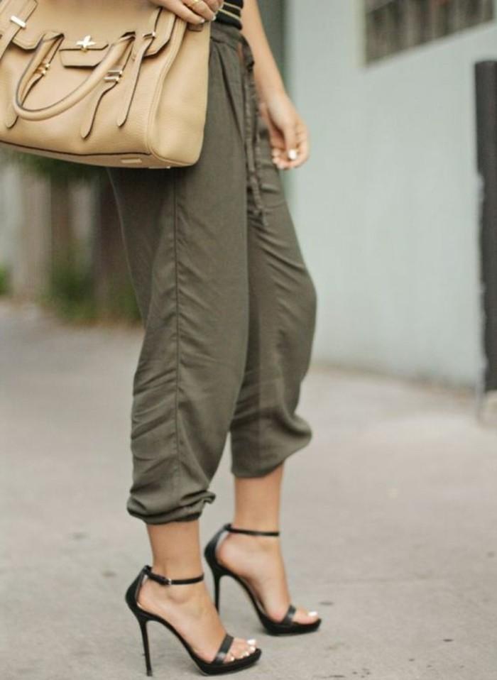 femme-bien-habillée-sandales-noires-et-élégantes-sac-à-main-beige