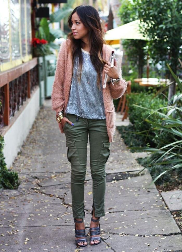 femme-bien-habillée-tenue-cozy-d'automne-gilet-rose-en-fourrure-blouse-grise