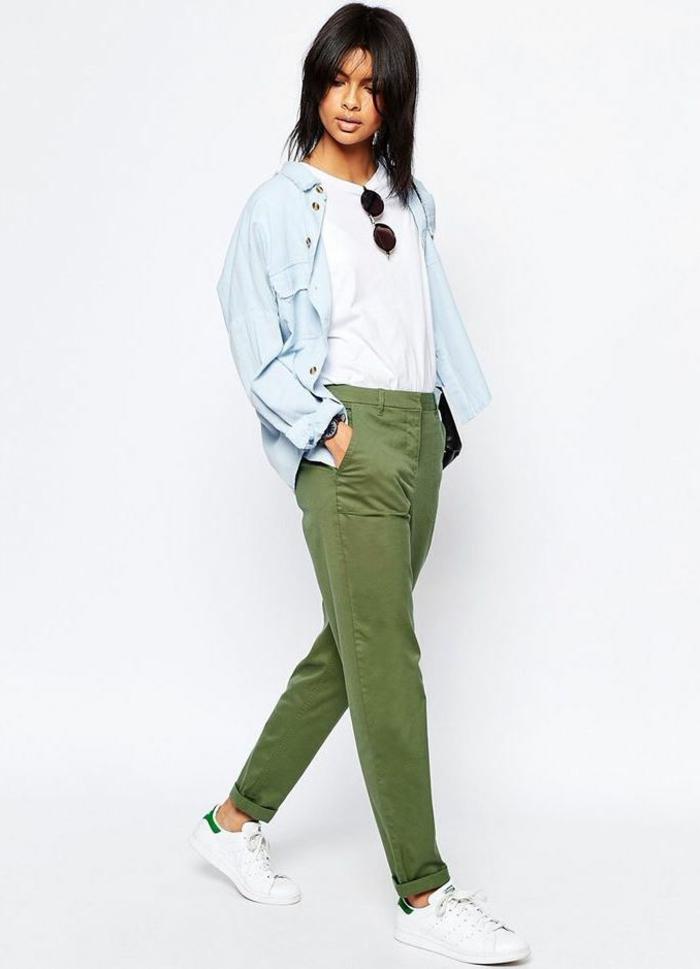femme-bien-habillée-tenue-négligée-blouse-blanche-avec-une-chemise-en-jeans