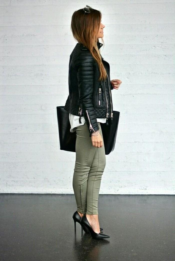 femme-bien-habillée-vision-chic-et-moderne-sac-a-main-chaussures-et-veste-en-noir
