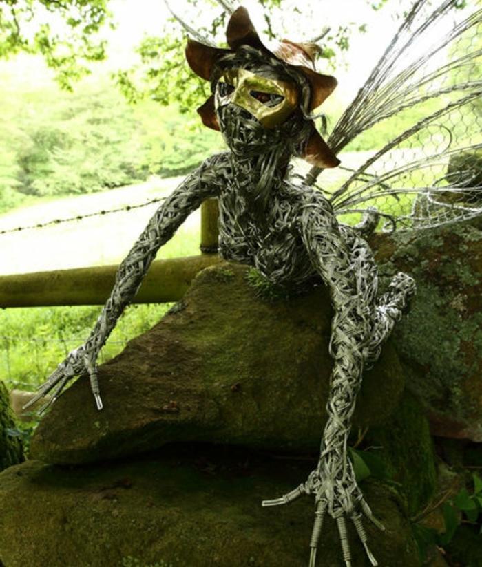figurine-fil-de-fer-personnage-mystique-dans-la-nature