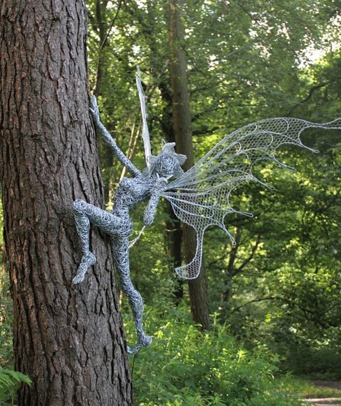 figurine-fil-de-fer-sculpture-feminine-grimpant-a-larbre