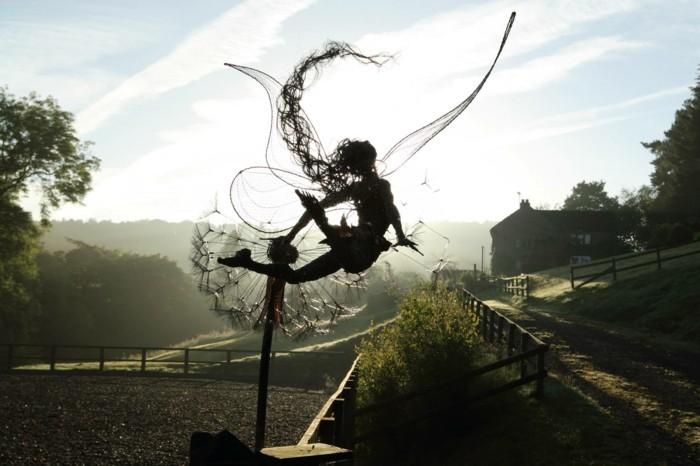 figurine-fil-de-fer-se-laisser-apporter-par-le-vent-et-le-soleil