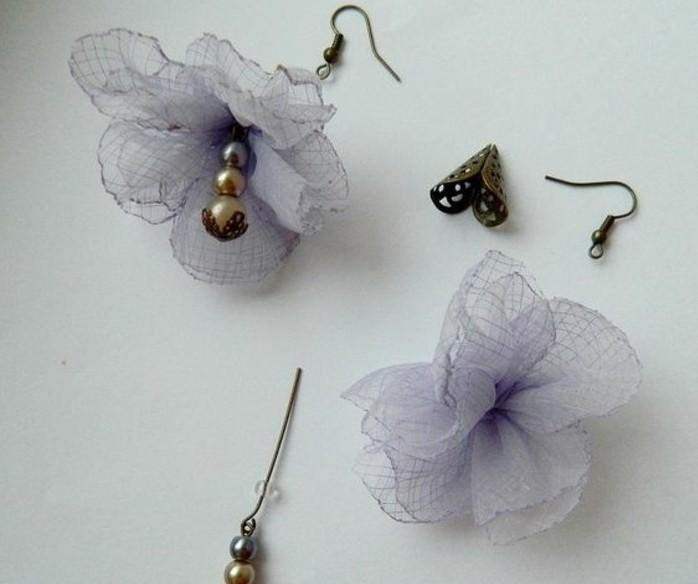 fleurs-en-organza-transformées-en-boucle-d-oreille-diy-pour-une-soiree-fleur-de-tissu-a-fabriquer-soi-meme