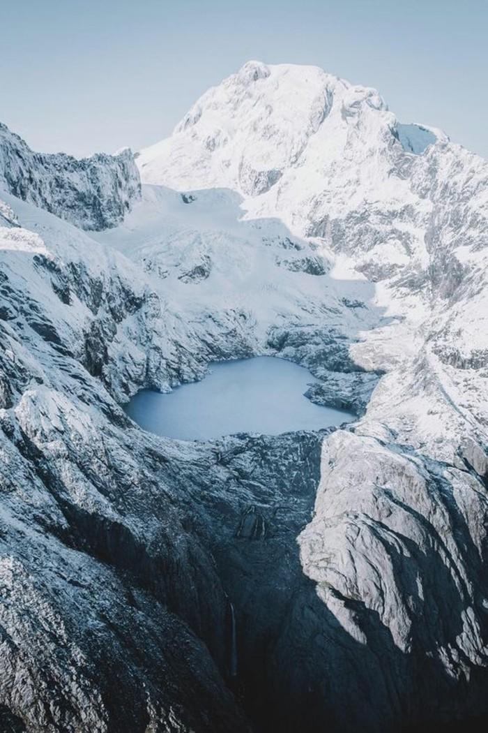 fonds-d-écran-hiver-coin-secret-avec-un-petit-lac-au-coeur- chute-d'eau-gélé