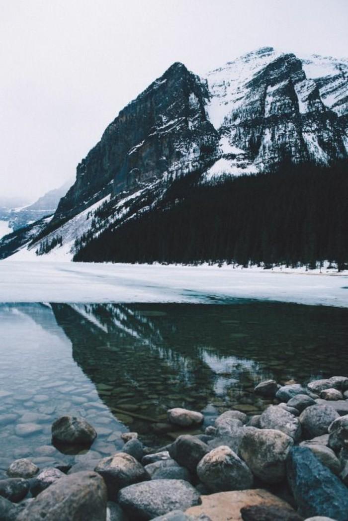fonds-d-écran-hiver-lac-gelé-colline-de-montagne-couverte-de-neige
