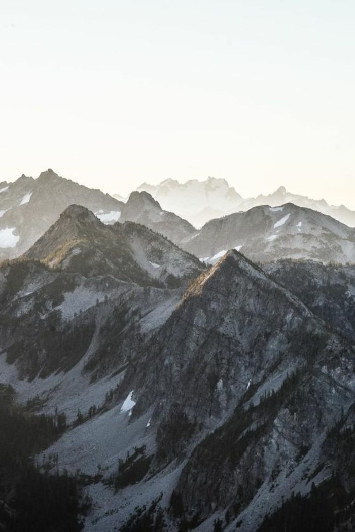 fonds-d-écran-hiver-le-lever-du-soleil-au-dessus-des-montagnes-d'hiver