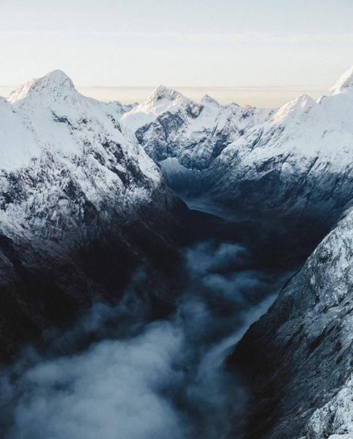 fonds-d-écran-hiver-paysage-stupéfiant-brume-du-matin-neige-sur-les-sommets
