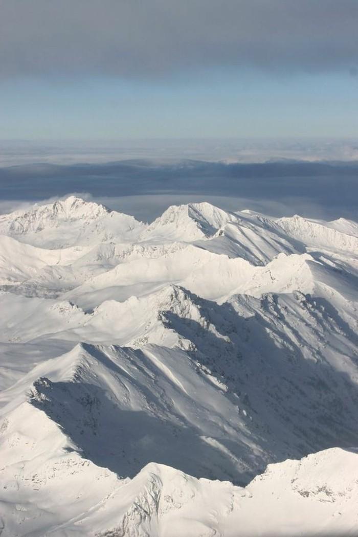 fonds-d-écran-hiver-vue-d'en-haut-couverture-de-neige-sur-les-montagnes