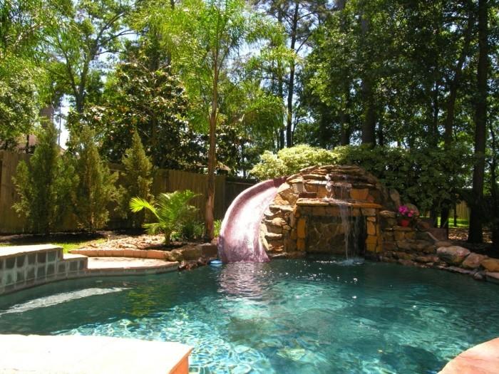 fontaine-piscine-atmopshère-tropicale-avec-une-cascade-en-pierres