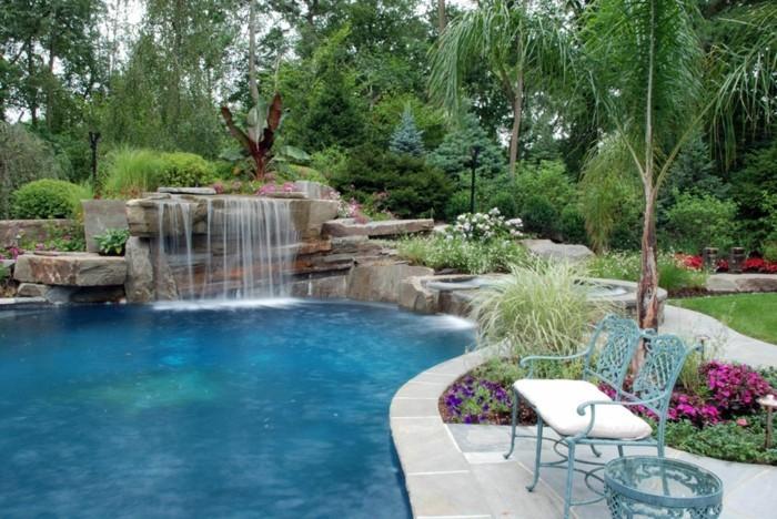 fontaine-piscine-banc-en-fer-forgé-bleu-pour-vous-reposer-après-une-longue-journée