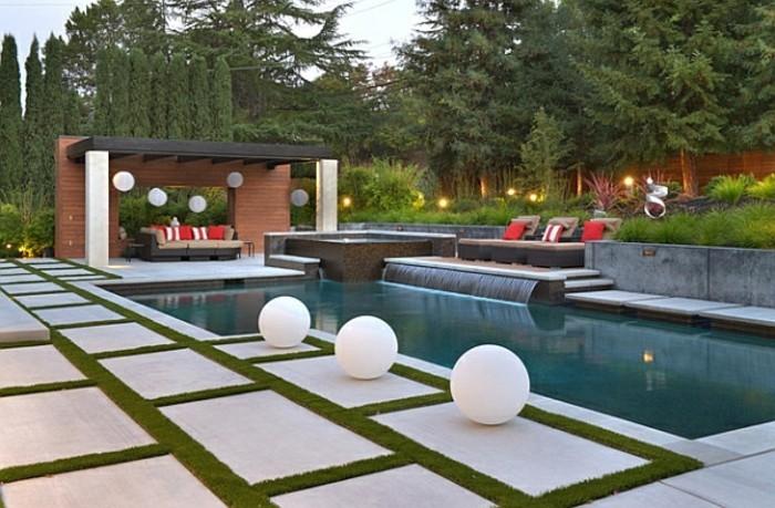 fontaine-piscine-cascade-moderne-mobilier-en-beige-et-rouge