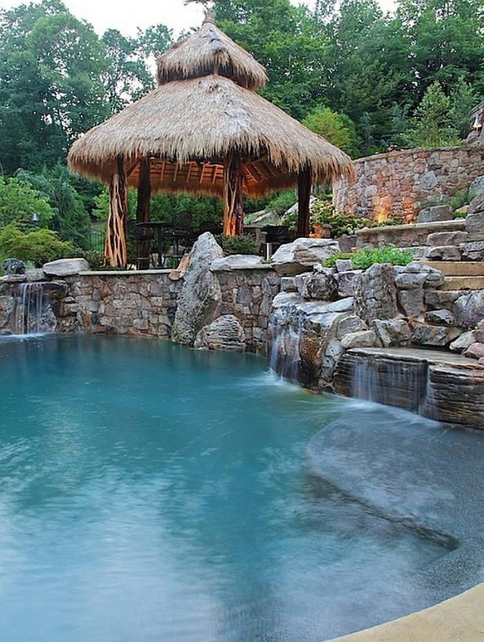 fontaine-piscine-inspiration-tropicale-en-pierre-atmopshère-exotique