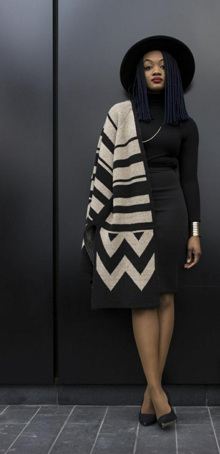 foulard-africain-en-beige-avec-décoration-géométrique-noir-robe-foncée-chapeau