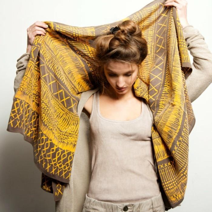 foulard-africain-en-beige-et-marron-motifs-ethniques-géomtriques-débardeur-nude-chignon