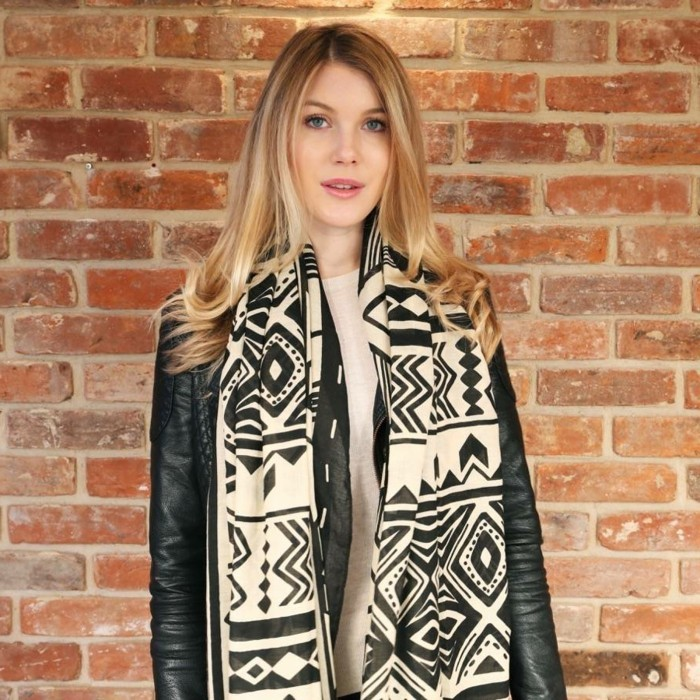 foulard-africain-en-beige-et-noir-motifs-géometriques-veste-en-cuir-cheveux-blonds