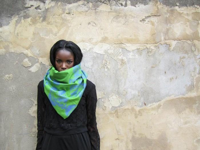 foulard-africain-en-bleu-et-vert-pantalon-et-veste-en-noirs-cheveux-foncés