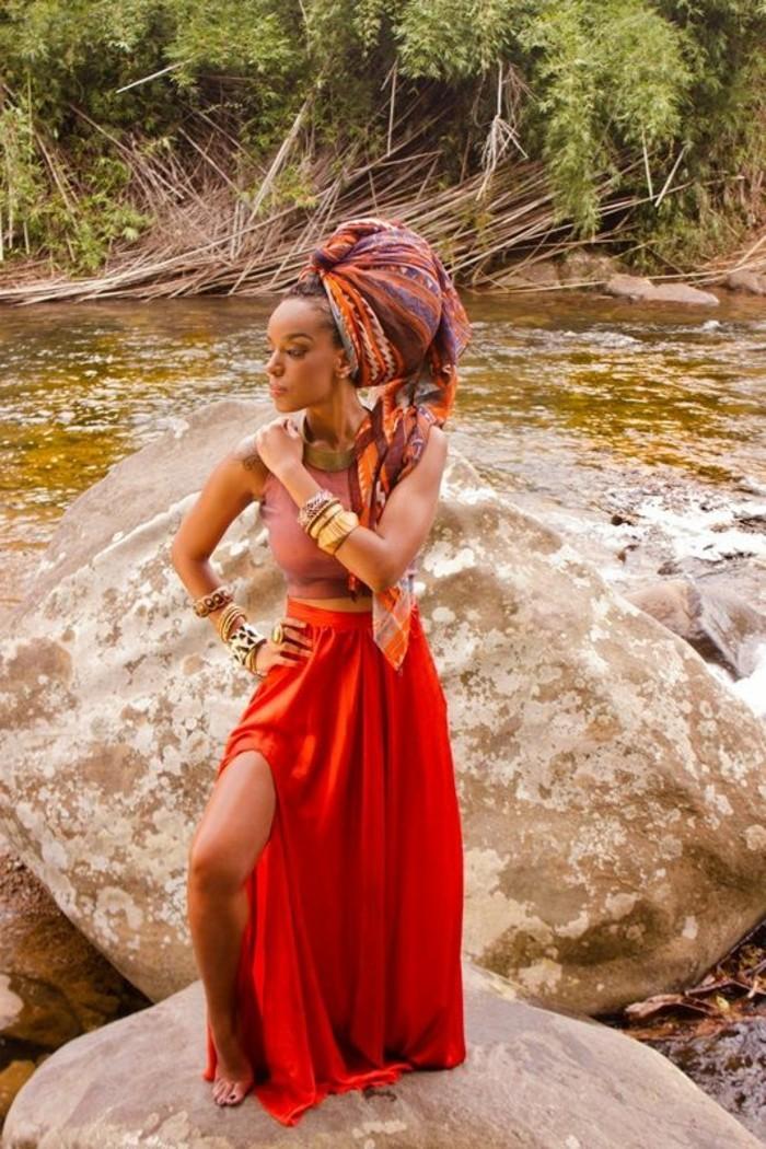 foulard-africain-en-couleurs-chaudes-motifs-triangulaires-bracelets-collier-d'or