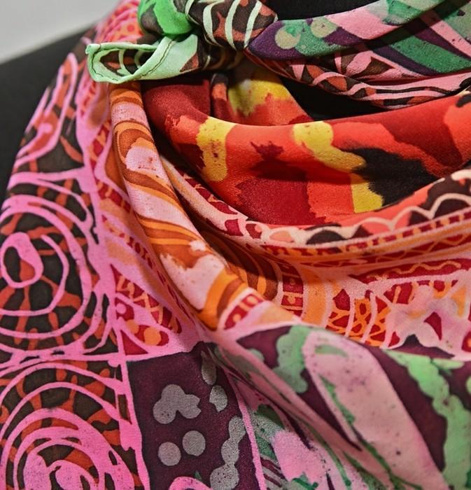 foulard-africain-en-couleurs-chaudes-orange-jaune-rose-rouge-décoration-noire